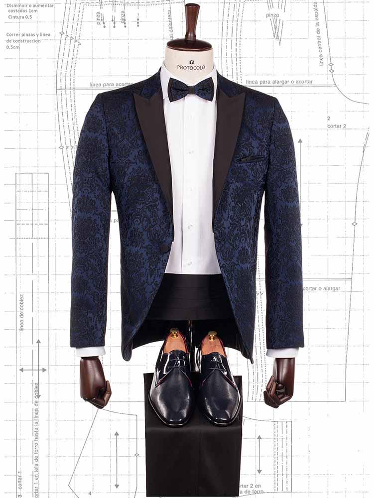 Smoking azul con pajarita a juego y camisa blanca diseñado en exclusiva por Protocolo