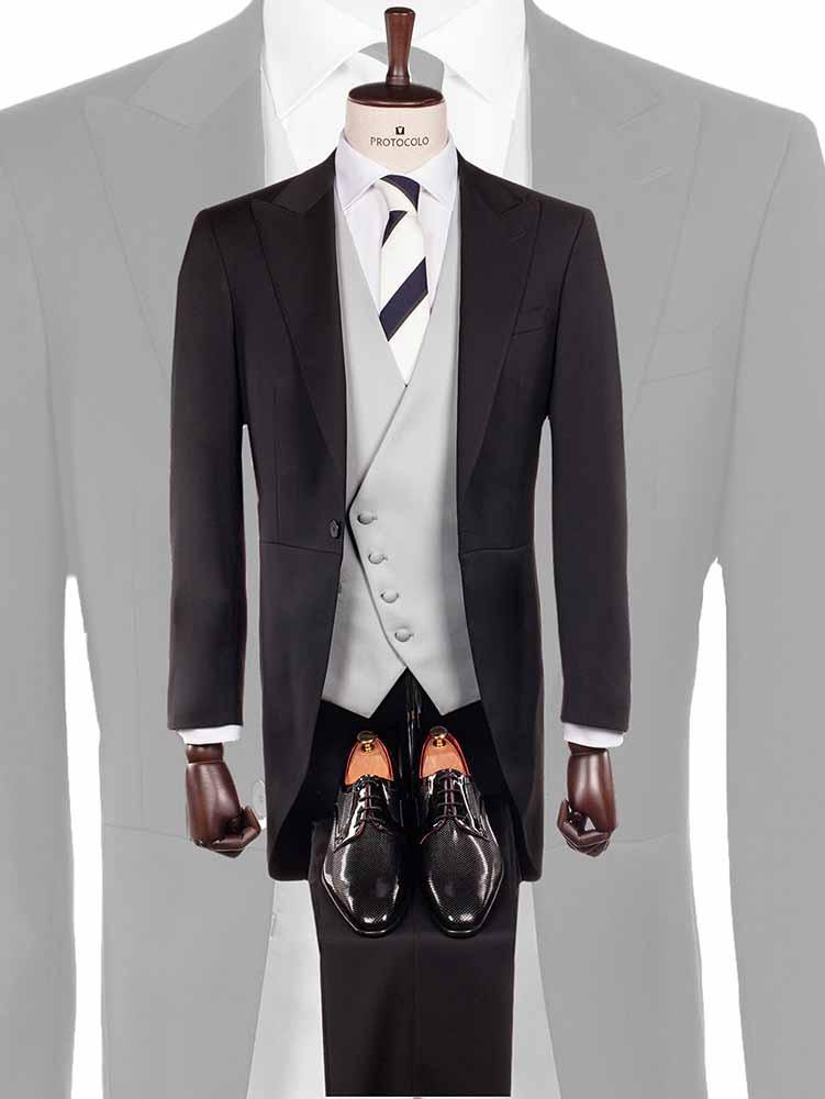 Chaqué negro corte inglés con pantalón a tono y chaleco cruzado gris y corbata de rayas azul marino