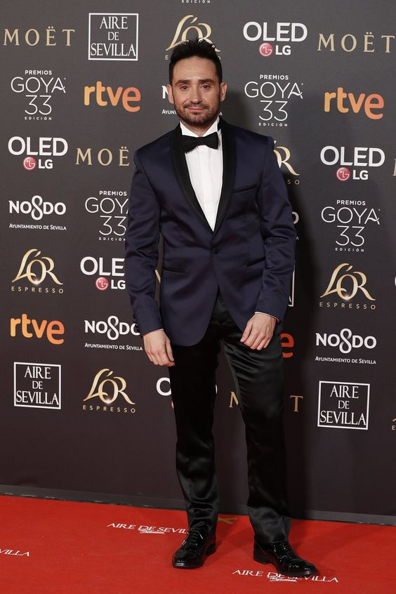 Juan Antonio Bayona con un smoking de Protocolo azul marino en los Premios Goya 2019
