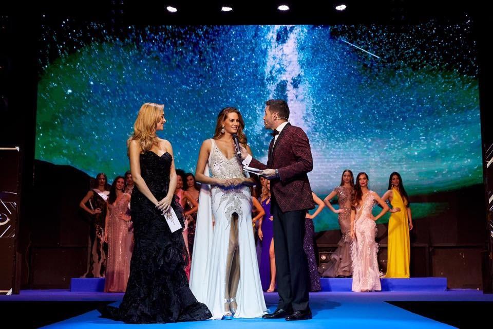 Gala Miss Universe luce smoking granate de Protocolo Novios