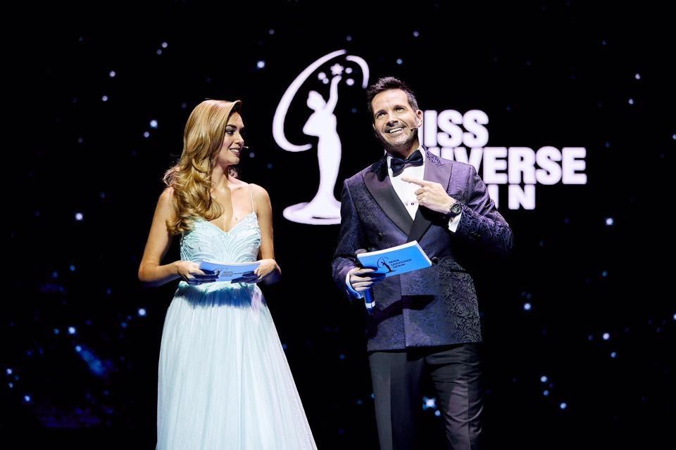 Protocolo Novios smoking azul en la gala Miss Universe